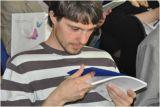 Слушатели лекции изучают новый прайс-лист