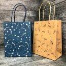 Подарочные пакеты Феникс+ из крафт-бумаги со стильными принтами